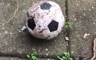 De voetbal in mijn tuin – herinneringen uit een verleden